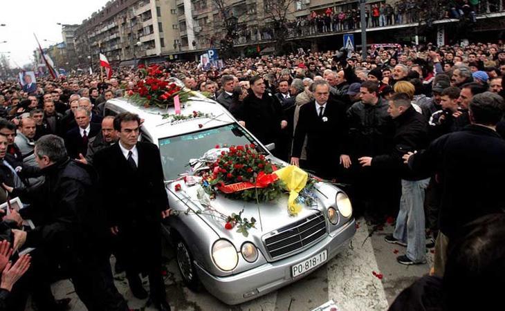 Fotografía del multitudinario entierro de Slodoban Milosevic