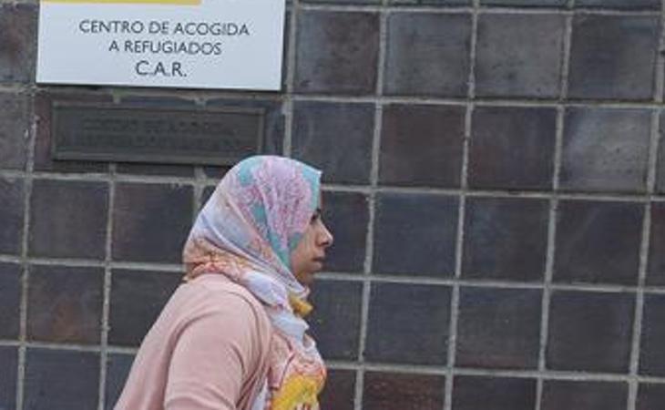 Una mujer en la puerta de un C.A.R.