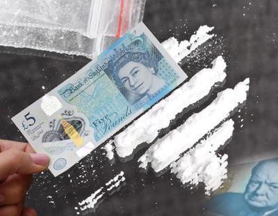 Los cocainómanos ingleses estallan en contra el nuevo billete de cinco libras que les corta la nariz