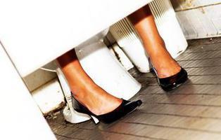 Piden 333 años de cárcel al dueño de un bar por colocar cámaras en el baño de mujeres