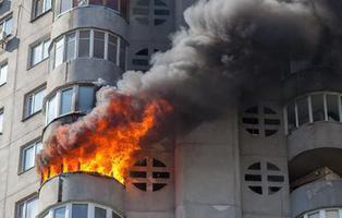Una mujer se venga del ladrón que le robó el bolso quemándole la casa
