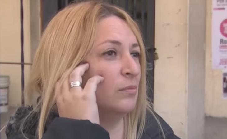 La profesora bloqueó a la madre de la alumna (en la imagen) cuando ésta intentó que le brindase disculpas