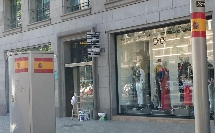 Las banderas españolas han sido colocadas por todas las calles de la capital catalana
