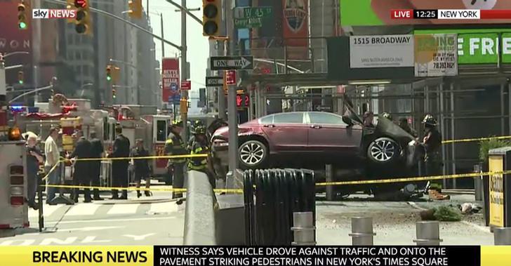 Policía y bomberos rodean el coche que ha provocado el atropello(Sky News)