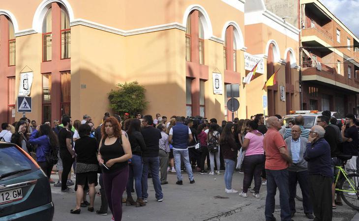 Varios vecinos se han congregado a las puertas del Hogar del Jubilado de la localidad, donde la víctima fue asesinada