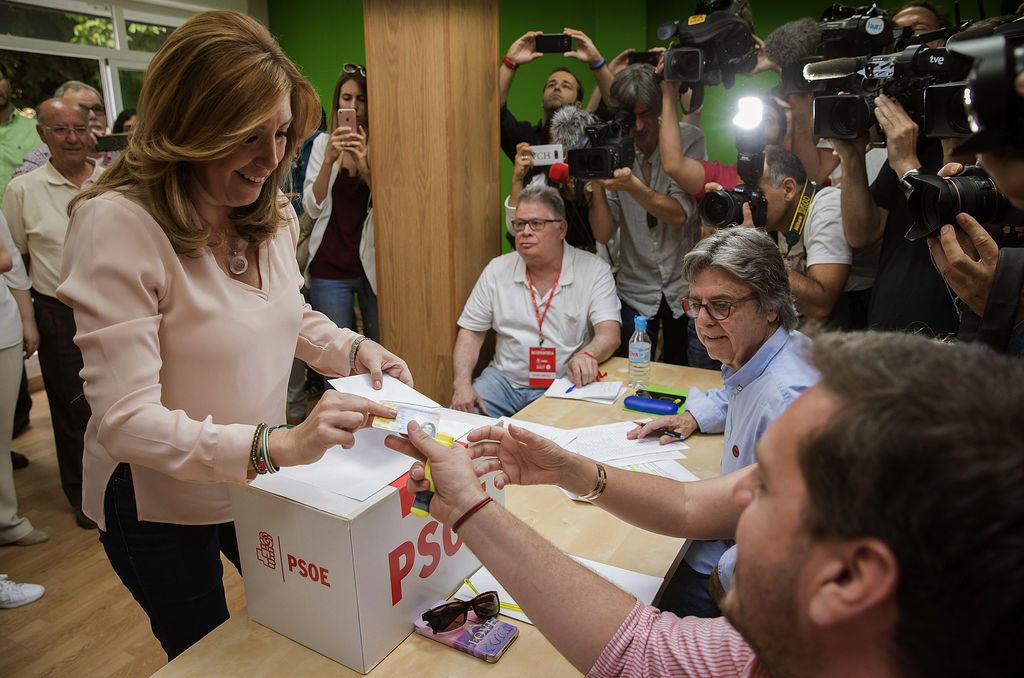 Susana Díaz votó desde el barrio de Triana, en Sevilla
