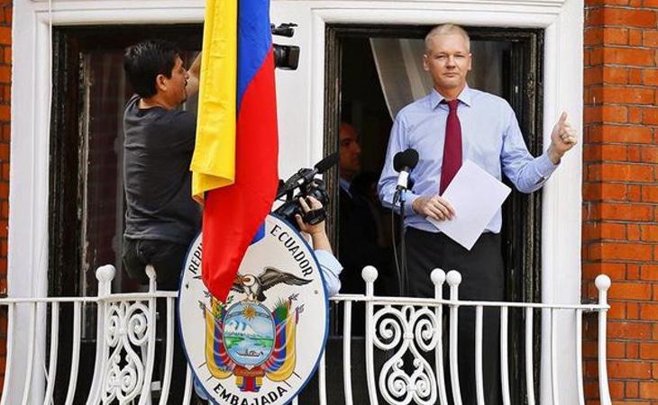 Julian Assange desde el balcón de la Embajada ecuatoriana en Londres, donde ha permanecido recluido los últimos cinco años