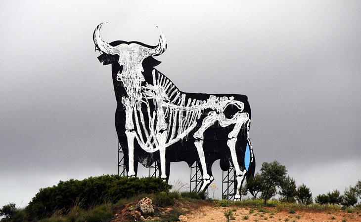 El artista ya hizo lo propio en otro toro situado en la Comunidad de madrid para criticar la recesión económica