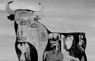 Un activista antitaurino retrata el Guernica de Picasso sobre un toro de Osborne
