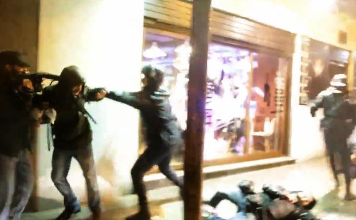 Imagen de la actuación policial que ha sido calificada como un atentado a la libertad de información