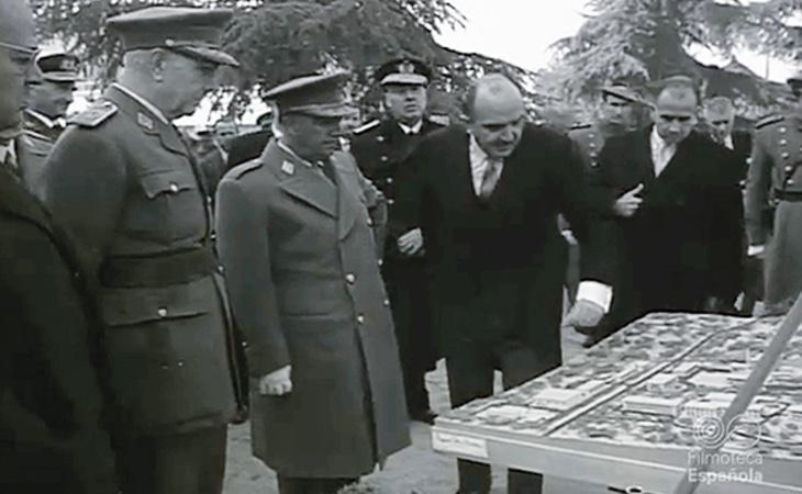El General Franco, frente a una maqueta en la sede de la Junta de Energía Nuclear en Moncloa (Madrid)