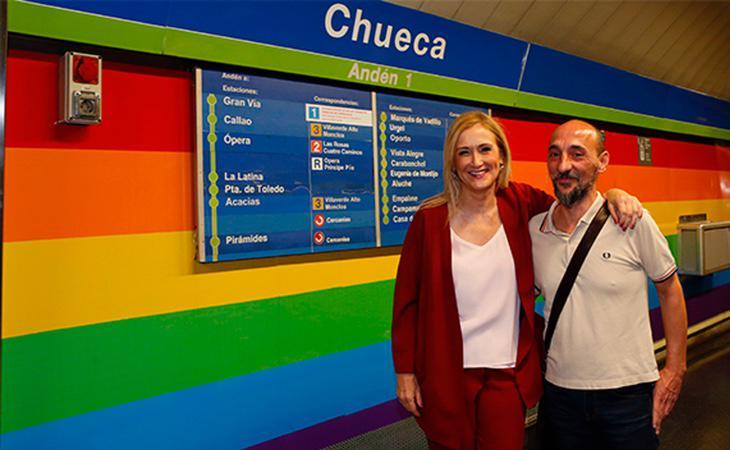 La presidenta regional, Cristina Cifuentes, durante la inauguración del panelado con la bandera del arcoiris