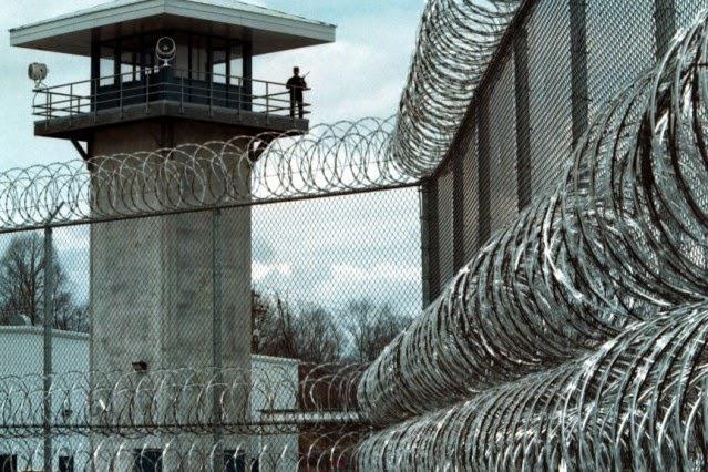 El Gobierno se está planteando tranferir las prisiones al Ejecutivo vasco