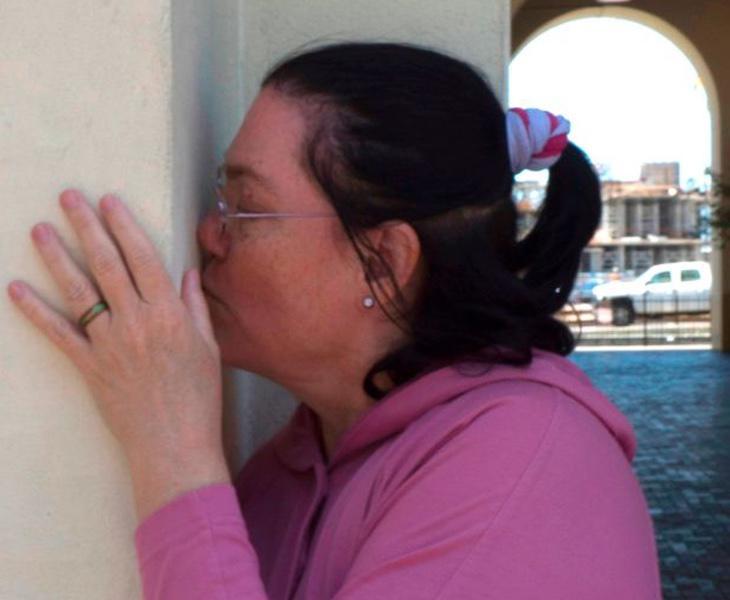 Carol besando a su amada