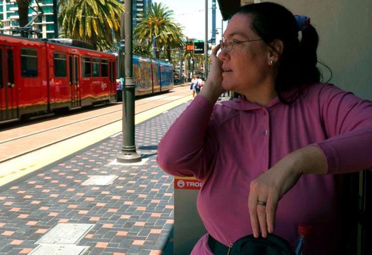 Carol se excita cuando ve trenes entrando en su novia
