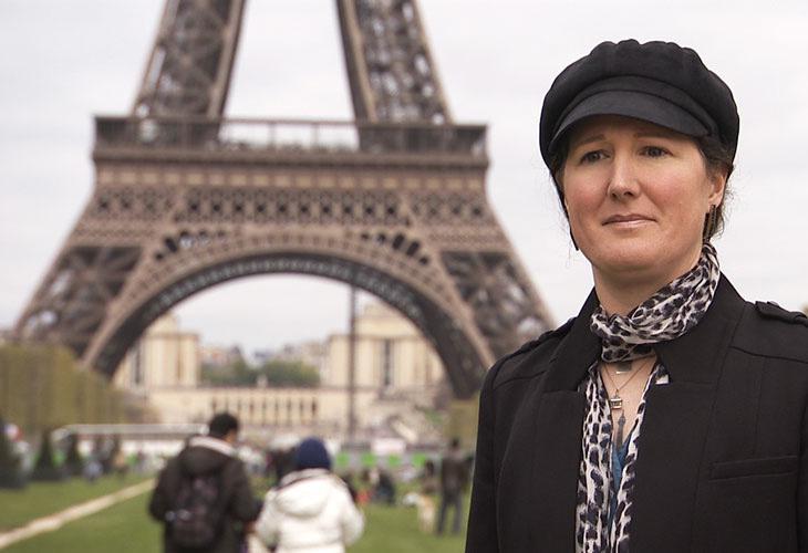 Esta mujer esta casada con la Torre Eiffel