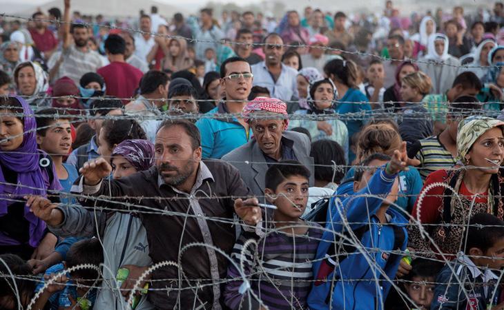 Varios migrantes encerrados en un campo de refugiados