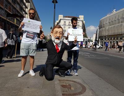 Un cabezudo de Rajoy recorre España para denunciar el incumplimiento en la acogida a los refugiados