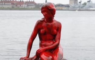 Tiñen de rojo la Sirenita de Copenhage para denunciar la matanza de ballenas