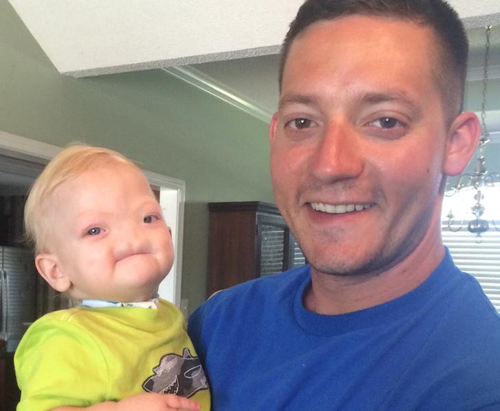 Eli Thompson junto a su padre en una foto publicada en Facebook