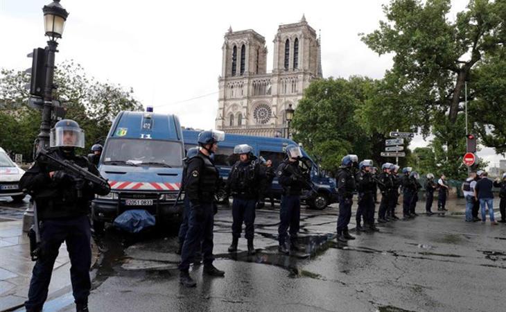 Ataque ante la catedral de Notre Dame