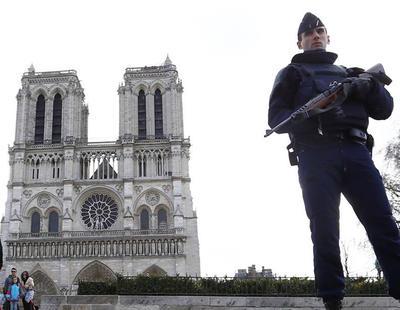 Un hombre ataca con un martillo a un policía frente a Notre Dame en París