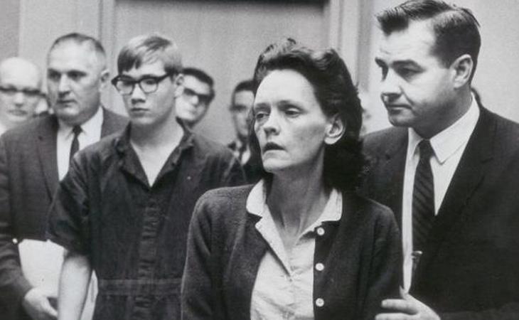Richard Hobbs (detrás con gafas) fue acusado de homicidio y murió a los 20 años de cáncer de pulmón