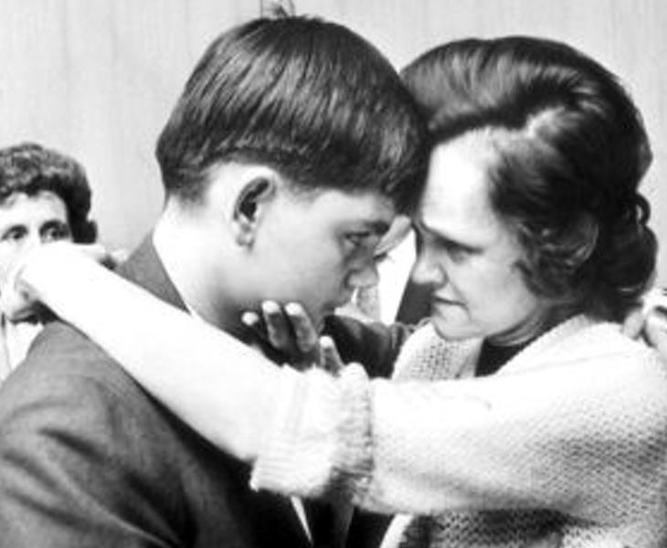Gertrude abraza a su hijo John Jr. de 13 años, que acercaba a sus amigos a casa para que violasen y torturasen a Sylvia