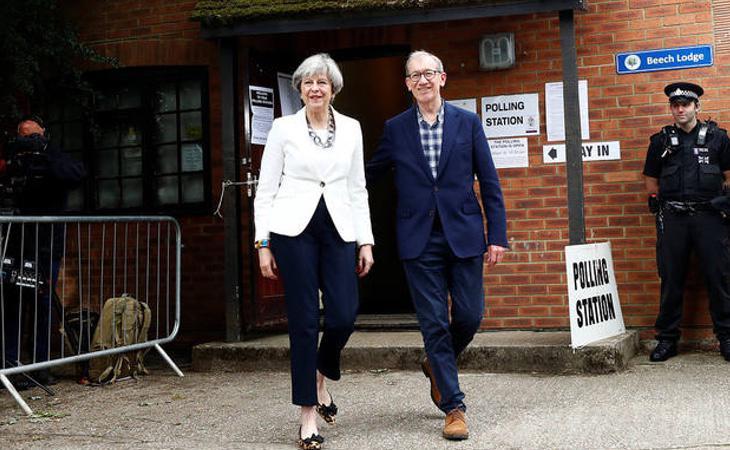 La líder conservadora Theresa May, a la salida del colegio electoral