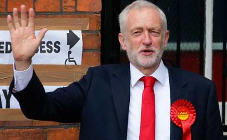 El líder laborista, Jeremy Corbyn, a la salida del colegio electoral