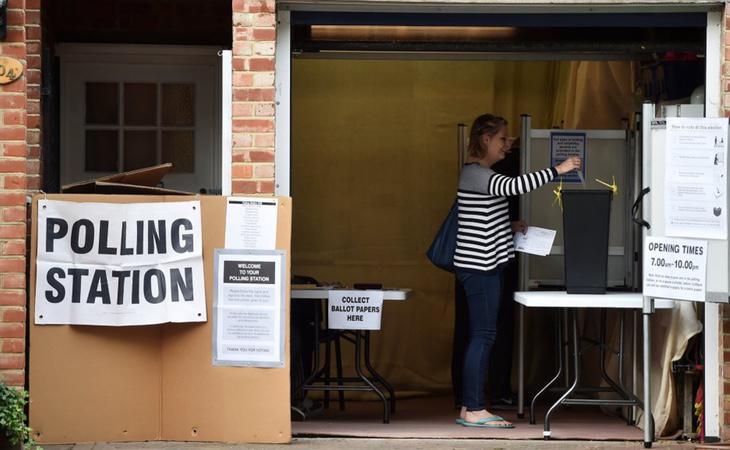 Un centro de votaciones en Reino Unido
