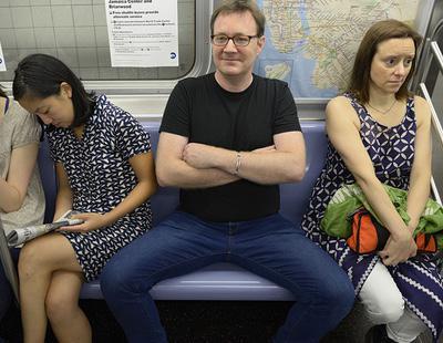 Carmena prohíbe el 'manspreading' o 'despatarre masculino' en los autobuses urbanos