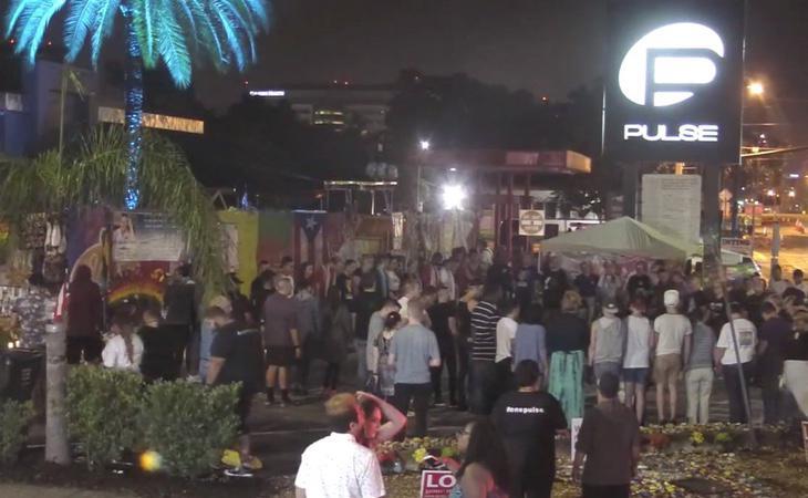 Homenaje en el exterior de la discoteca Pulse