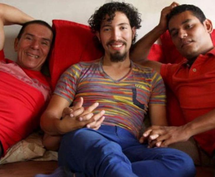 Los tres se encuentran muy felices por haber formalizado por fin su relación