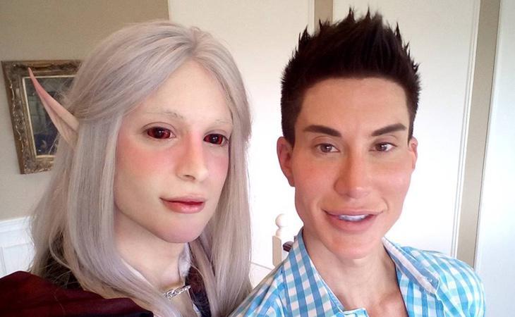 Luis, junto a su amigo, el Ken humano