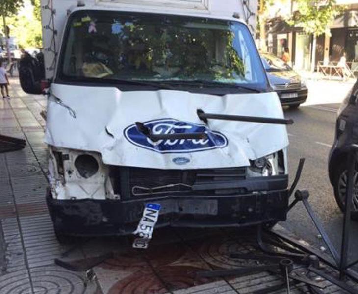 Estado del camión después de haberse golpeado contra una valla