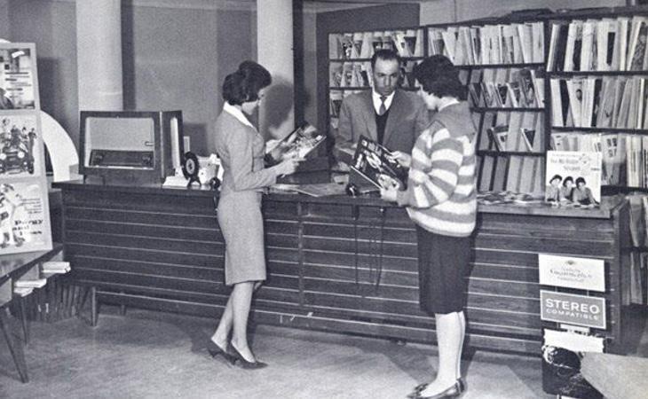 Mujeres afganas en una tienda de discos de la capital