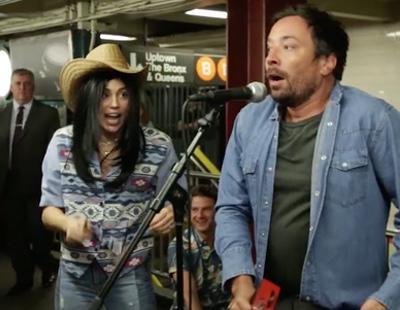 Miley Cyrus se disfraza de anónima para cantar en el metro y termina liándola parda