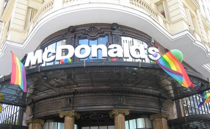 McDonald's no tiene reparo en colgar la bandera del arcoiris cuando se celebra el Orgullo LGTBI