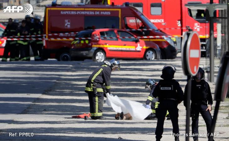 Los efectivos de Emergencias tapan el cadáver del atacante (AFP)