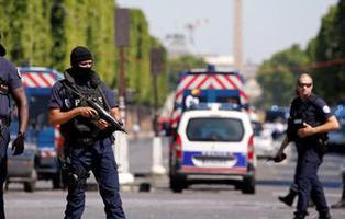 Muere un hombre armado tras embestir su vehículo contra un furgón policial en París