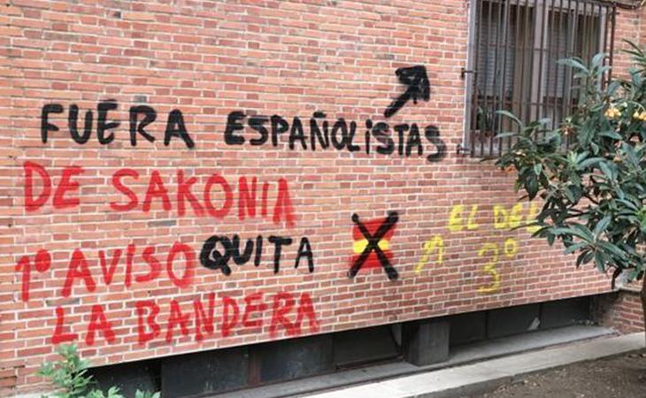Estas son las amenazas que recibió por colgar una bandera de España en el balcón