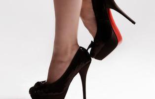 Un restaurante ofrece descuentos en bebidas alcohólicas para mujeres que calcen tacones altos
