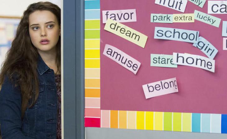 Paradójicamente, Hannah se esconde detrás de todos esos post-its llenos de valores de convivencia