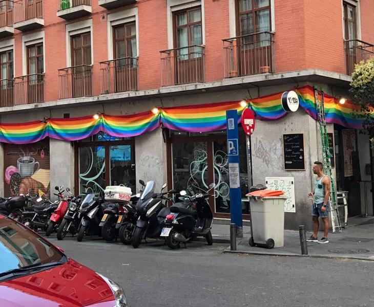Este bar de Chueca ha sido multado en cuatro ocasiones por colocar la bandera arcoiris