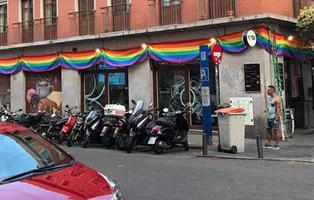 Denuncian cuatro veces a un bar de Chueca por colgar la bandera arcoiris