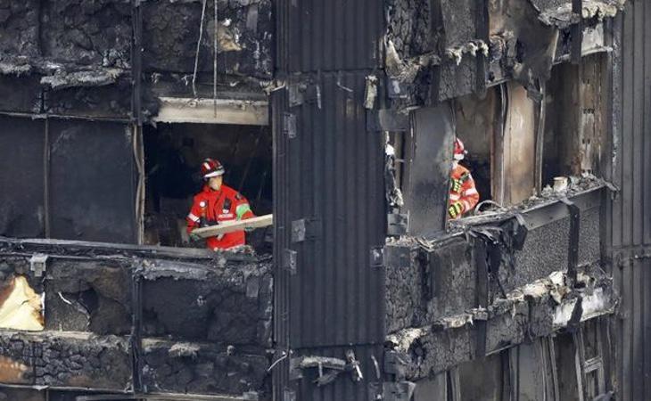 Los bomberos entre los restos calcinados