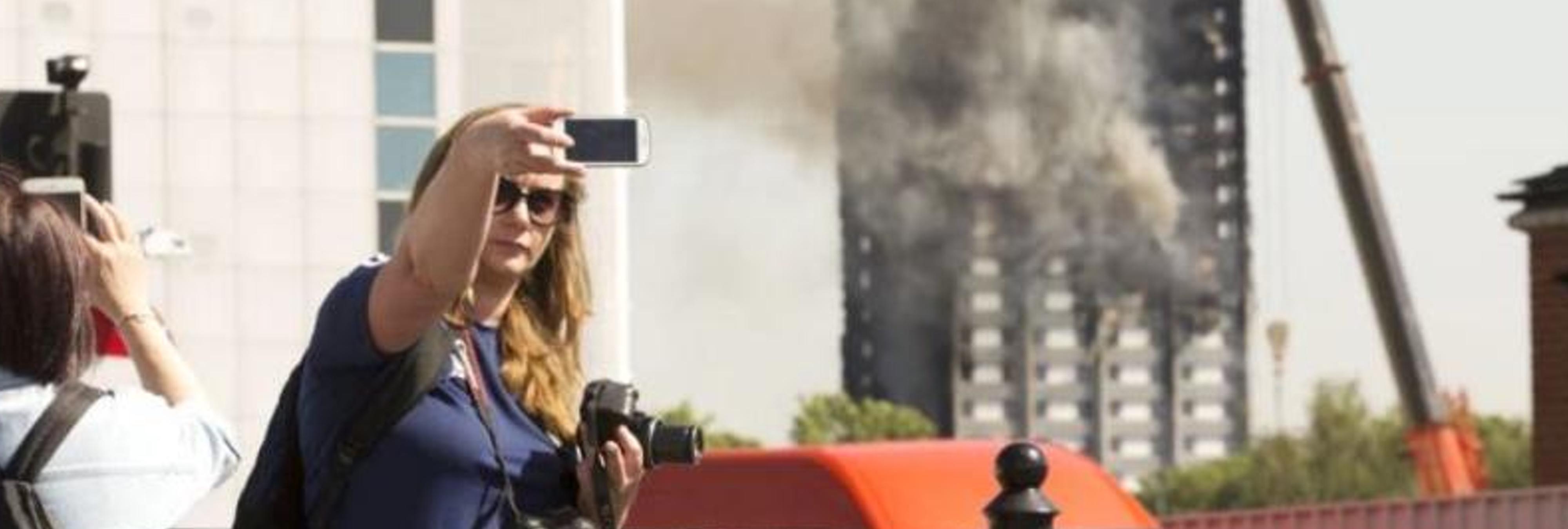 """Las víctimas de la torre incendiada en Londres estallan contra los selfies: """"no es una atracción turística"""""""