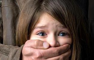 Juzgan a un hombre por violar en 729 ocasiones a sus cinco hijas adoptivas