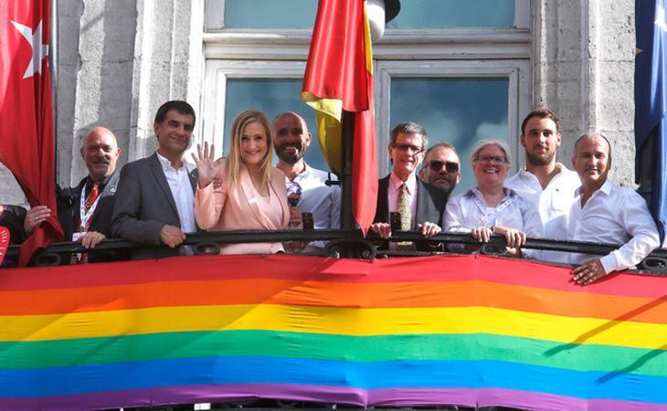 La Comunidad colocó una bandera LGTBI en la Puerta del Sol después de que el Ayuntamiento hiciese lo propio en Cibeles